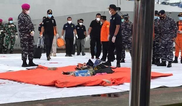 Endonezya'da düşen uçağa ait parçalar kriz merkezine getirildi