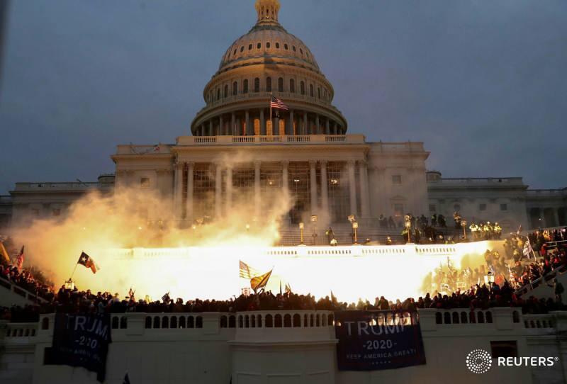 Kongre binasının önünde protestolar