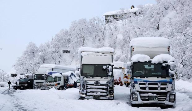 Japonya'da yoğun kar yağışı sebebiyle otoyollarda 1000'e yakın araç mahsur kaldı