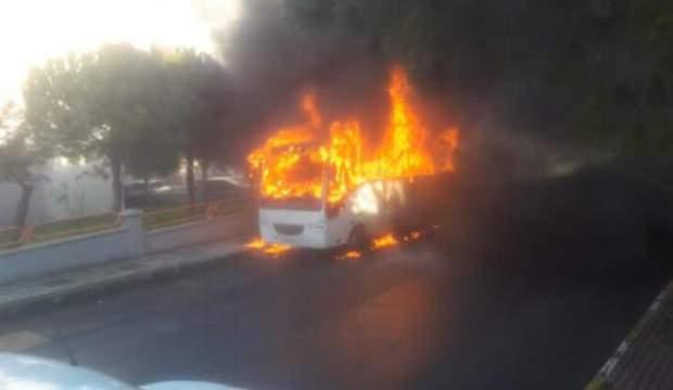 Silivri'de park halindeki minibüs alev alev yandı