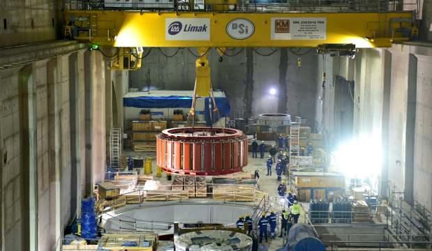 Türkiye'nin en büyük baraj inşaatında dev türbinlerin taşınması kamerada