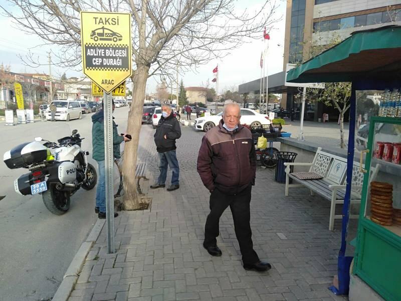 Denizli'deki deprem sonrası vatandaşlar sokaklara çıktı.