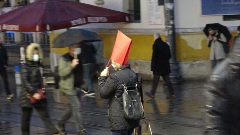 Meteorolojiden yapılan uyarıların ardından beklenen yağış akşam saatlerinde İstanbul'da etkisini göstermeye başladı. İstiklal Caddesi ve Taksim Meydanı'nda da etkili olan yağış ve rüzgar vatandaşlara zor anlar yaşattı.