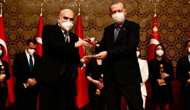 Ahaber'in FETÖ'cü olduğunu duyurduğu kişinin kardeşine Erdoğan'ın elinden  plaket verdirdiler! - GÜNCEL Haberleri
