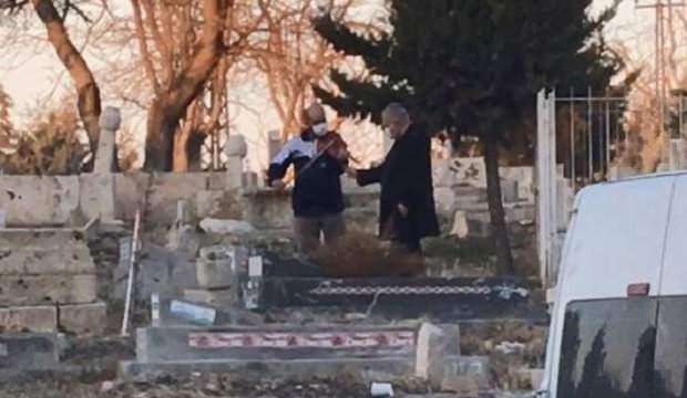 Şaşkına çeviren olay! Mezar başında keman çaldırdı