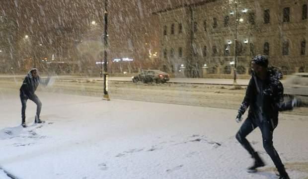 Sivas'ta ilk kez kar gören Somalili öğrencilerin sevinci