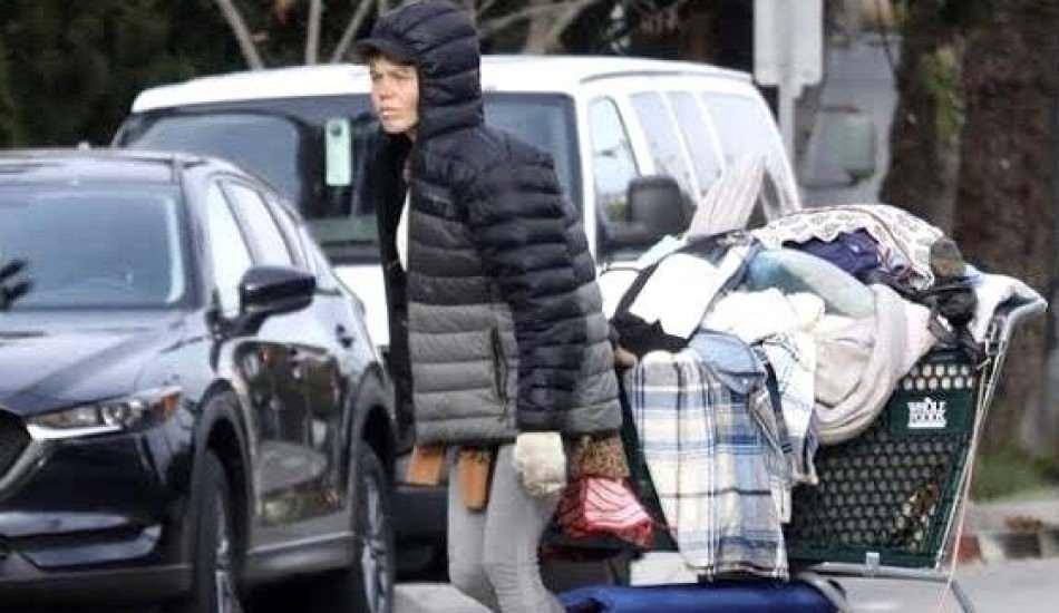 Sokaklarda yaşayan ünlü model Loni Willison, çöpleri karıştırırken görüntülendi