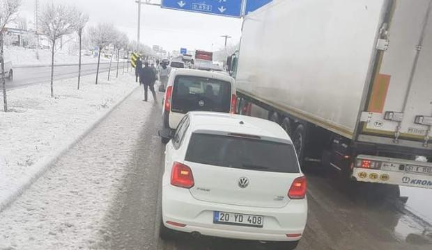 Kar yağışı başladı! Araçlar yolda kaldı!