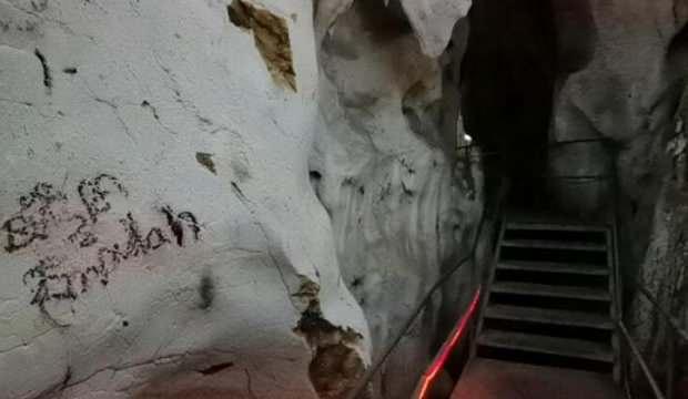 3 milyon yıllık mağaranın duvarları yazı tahtasına döndü