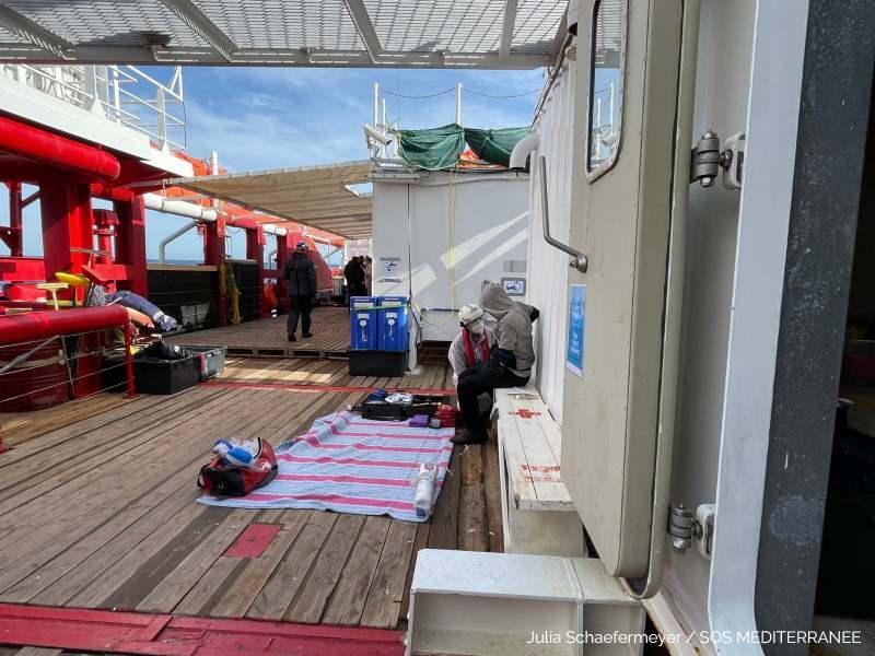 Batmak üzere olan bottan 120 düzensiz göçmen kurtarıldı