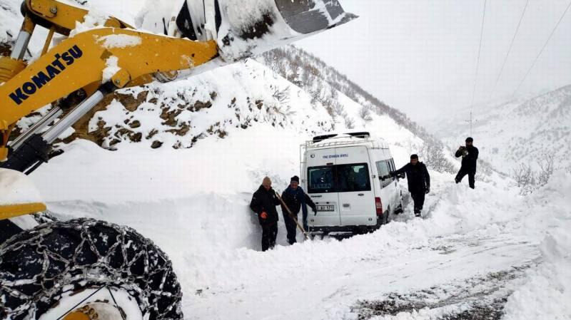 Siirt'te kar yağışı nedeniyle 64 köy yolu ulaşıma kapandı