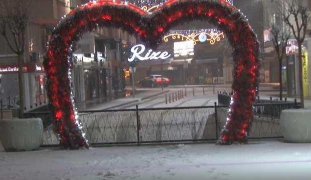 Gece başlayan kar yağışı şehir merkezini beyaza bürüdü