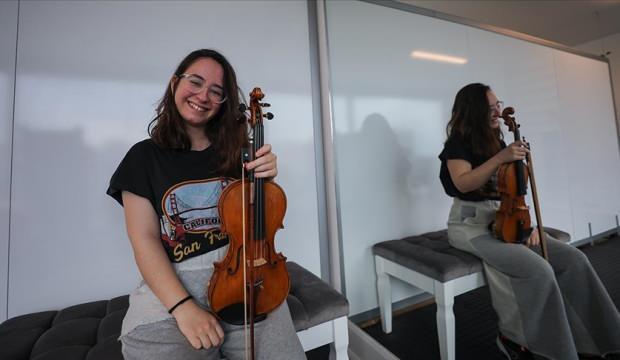 İzmir depreminde 17 saat sonra enkazdan çıkarılan İnci Okan 'mutluluğunu' kemanıyla anlatıyor