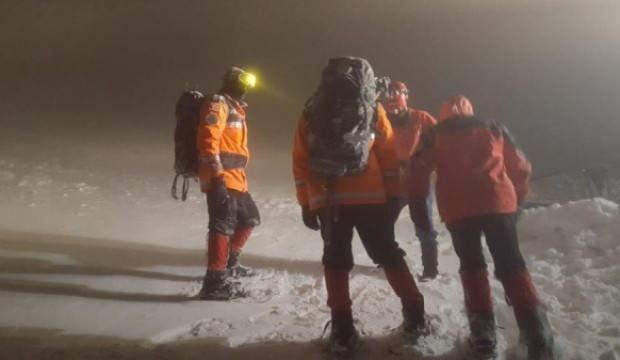 Karda kamp yapan 8 dağcıdan 5 saattir haber alınamıyor