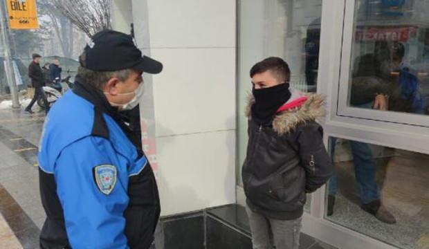 Polisten, bankadaki babasını bekleyen çocuğa: Söyle 900 TL  fazla çeksin