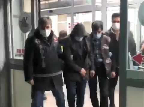 Yolcu kılığındaki kuryelerin midelerinden 871 gram uyuşturucu çıktı