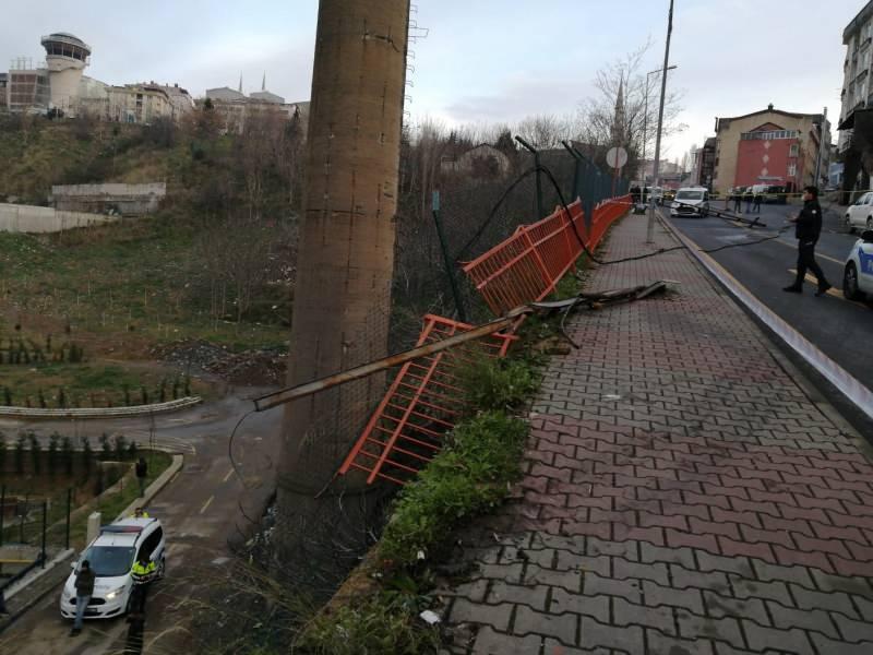 Kağıthane'de frenleri boşalan kum yüklü kamyon şarampole yuvarlandı