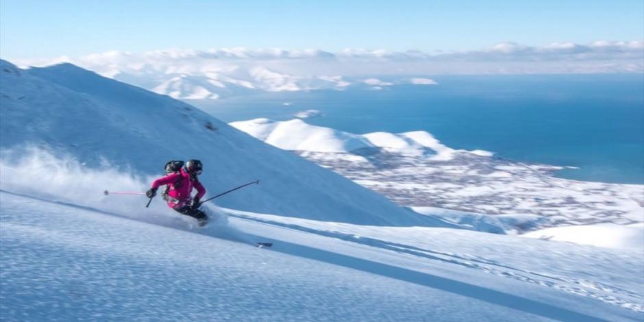 Maceraseverlerin Artos Dağı'nın zirvesindeki kayak görüntüleri nefes kesti