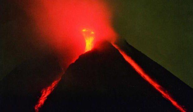 Merapi Yanardağı'nda son 6 saatte 22 patlama