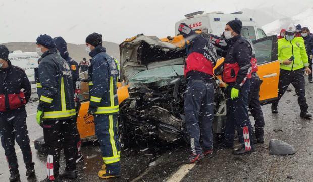 Taksi ile hafif ticari araç çarpıştı: 3 ölü, 7 yaralı