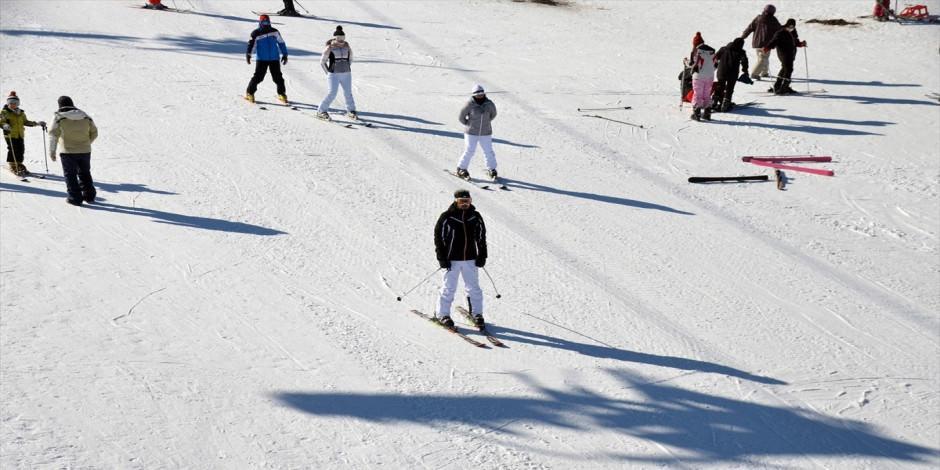 Güneşli havanın keyfini Cıbıltepe'de kayak yaparak çıkardılar!
