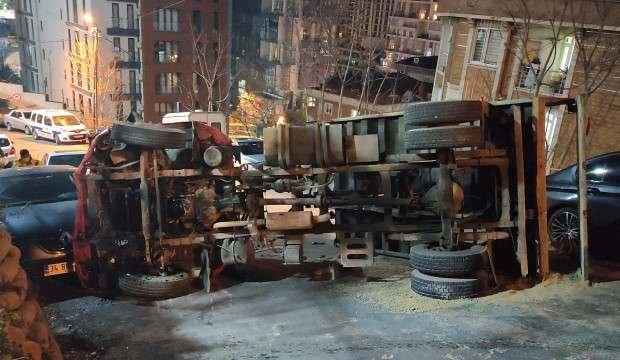 Kağıthane'de kamyon devrildi: 1 yaralı