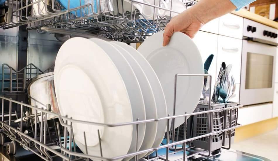 Çizilmiş yemek tabaklarını ilk günkü hale getirmenin en kolay yolu!