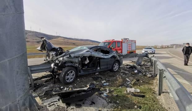 Dinar'da feci kaza: Bariyer otomobile ok gibi saplandı
