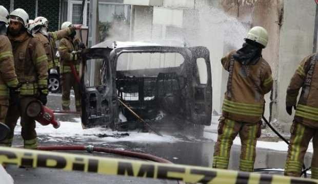 Kağıhane'de alev alan araç doğal gaz kutusuna çarptı; faciadan dönüldü