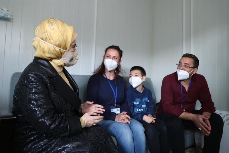 Emine Erdoğan, İzmir'de depremzedeleri ziyaret etti