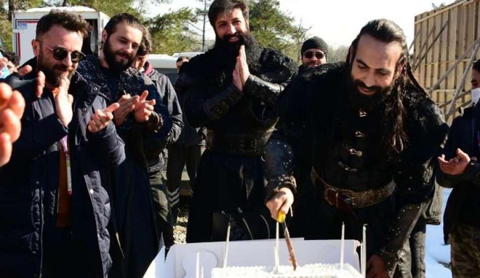 Buğra Gülsoy'a sette sürpriz kutlama!