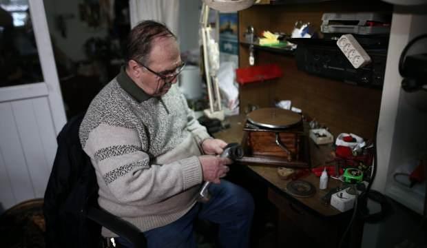 Bursa'da yaşayan 71 yaşındaki Ünal Sezer 62 yıldır sevdiği mesleği yapıyor!