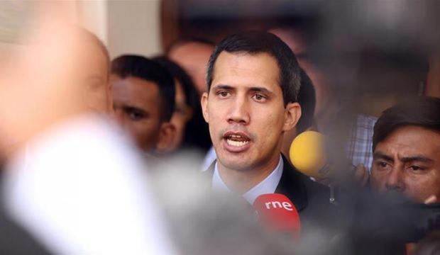 Guaido, kamu görevlerinden men edildi