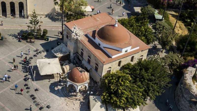 Bir caminin minaresi yıkıldı