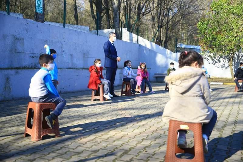 Milli Eğitim Bakanı Ziya Selçuk, Sakarya'nın Ferizli ilçesinde Hatice Aslan İlkokulu'nu ziyaret etti. Selçuk, okul bahçesindeki öğrencilerin oyununa katıldı.