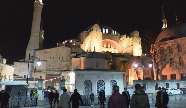 AK Parti İstanbul İl Başkanı Kabaktepe gençlerle Ayasofya Camii'nde sabah namazı kıldı
