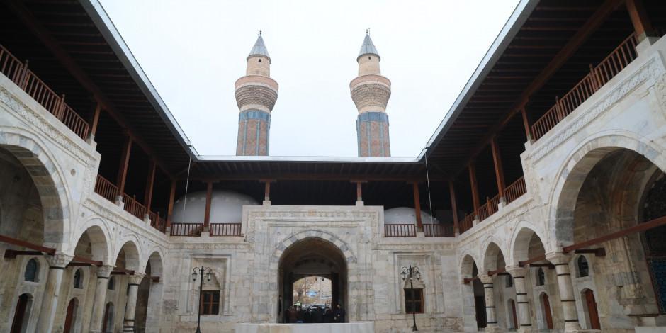 Anadolu'nun ilk camilerinden! Pisa Kulesi'yle yarışıyor