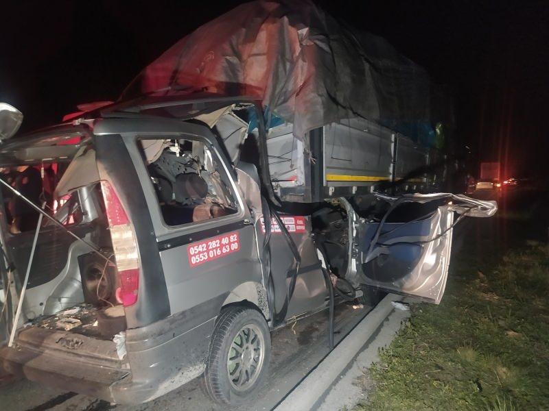 Hafif ticari araç TIR'a arkadan çarptı