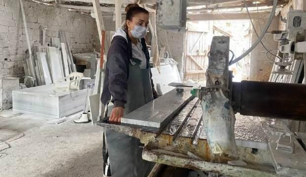 Bursa'da 3 çocuk annesi kadın erkek işi diyenleri umursamadı, ekmeğini 'mermerden' çıkarıyor!