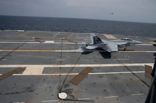 Uçak gemilerinde pistin kısa olması iniş sonrasında otomatik olarak açılan yakalama tertibatının önemini artırıyor.