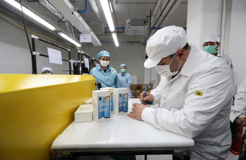 Sanayi ve Teknoloji Bakanı Mustafa Varank, üretilen ilk numuneleri imzalıyor.