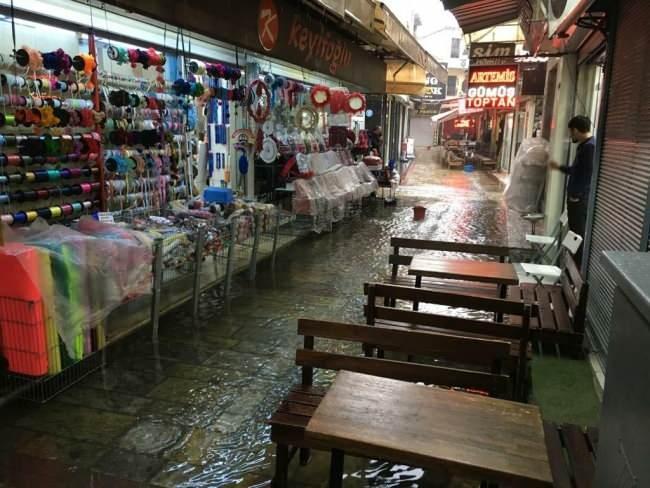 İzmir'de gece saatlerinden beri etkili olan sağanak yağmur kentin birçok noktasında vatandaşlara zor anlar yaşattı. Hemen hemen her yağmurda su basan Tarihi Kemeraltı Çarşısı'nda ise yine benzer görüntüler yaşandı.