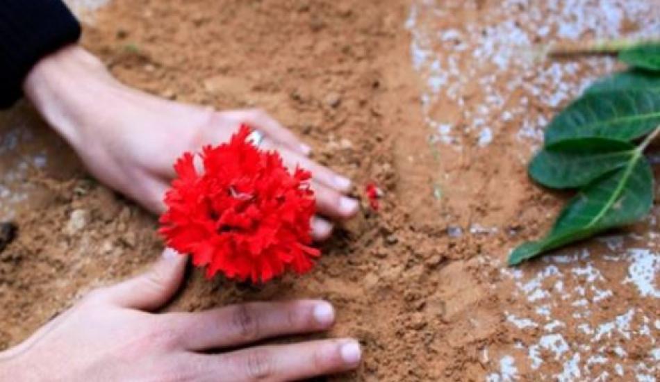 Mezara çiçek ekmek caiz mi? Mezara neden su dökülür, ölüye faydası var mı?