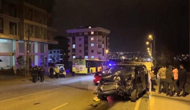 Sultanbeyli'de İETT otobüsü ile otomobil çarpıştı: 4 yaralı