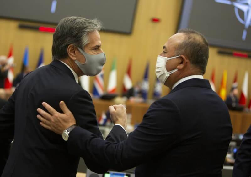 Çavuşoğlu ve Blinken, toplantı başlamadan önce ayaküstü kısa bir görüşme gerçekleştirdi.