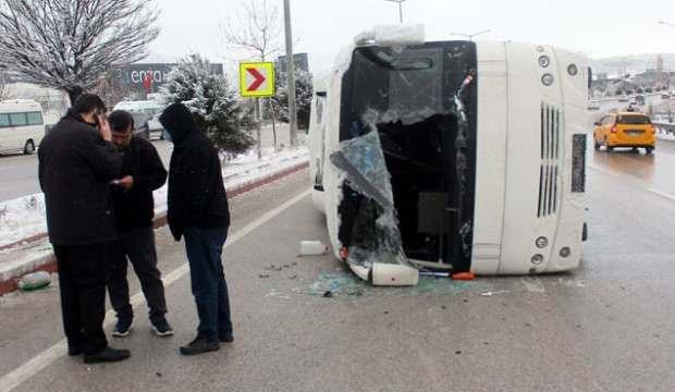 Afyonkarahisar'da servis midibüsü devrildi: 10 yaralı