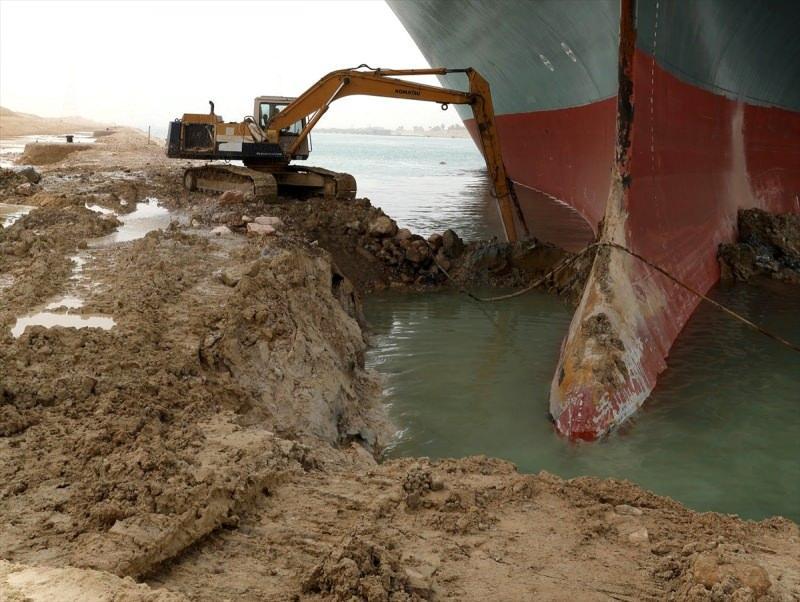 Geminin karaya oturan kısmının altının boşaltılması için kepçe ve ekskavatörlerle çalışmalar devam ediyor ancak şu ana kadar olumlu bir sonuç alınamadı.