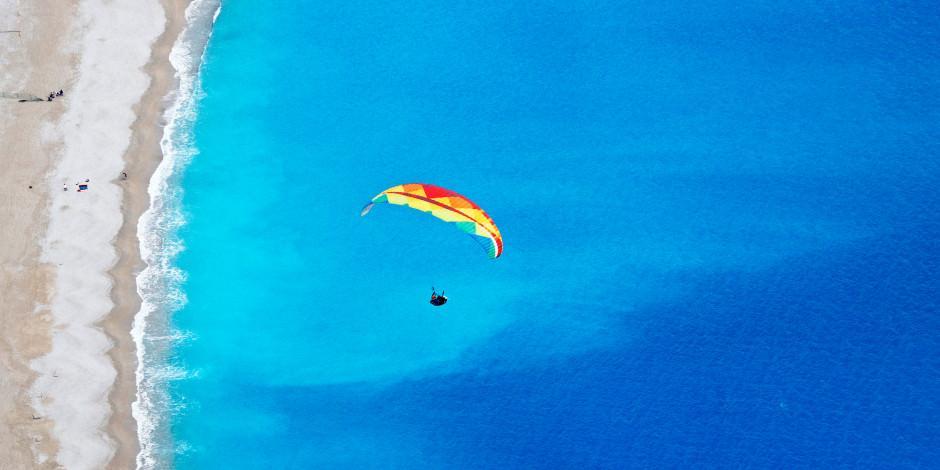 """Ölüdeniz'in """"renkli aksesuarları"""" gökyüzünde görsel şölen sunuyor"""