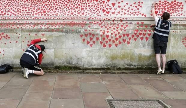 İngiltere'de Kovid-19 kayıplarını anma duvarı kırmızı kalplerle doldu