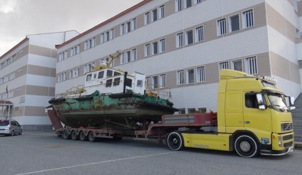 25 tonluk tekne okul bahçesine taşındı